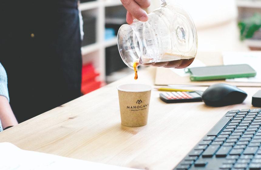 Vaso de café en una mesa de oficina