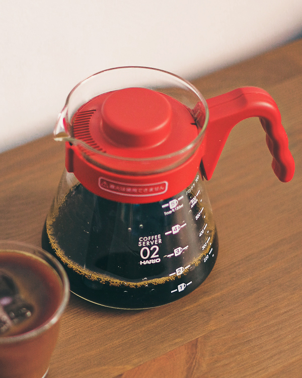 Cafetera V60 Hario Roja con café de filtro