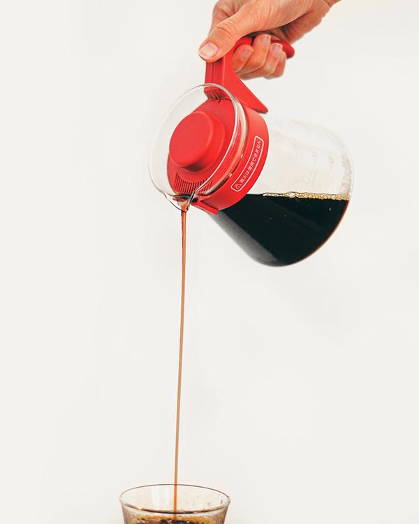 Cafetera V60 Hario sirviendo café en un vaso