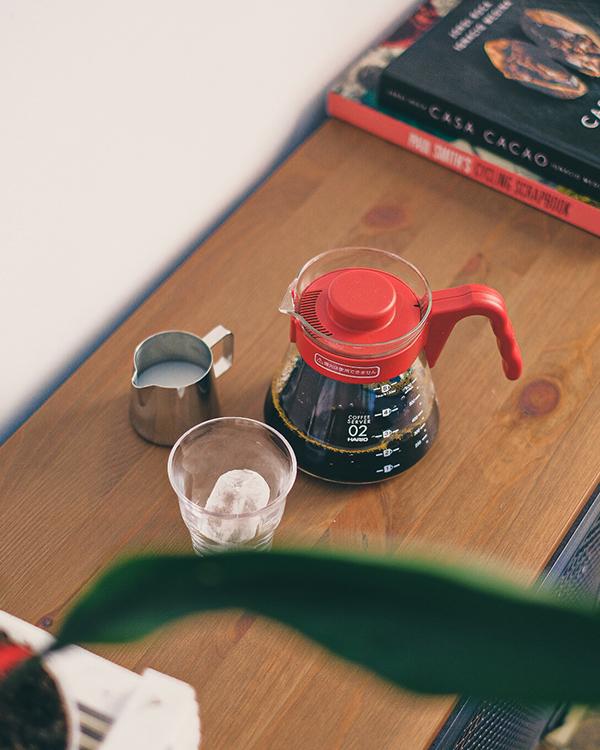 Cafetera V60 Hario con café de filtro de especialidad en una mesa