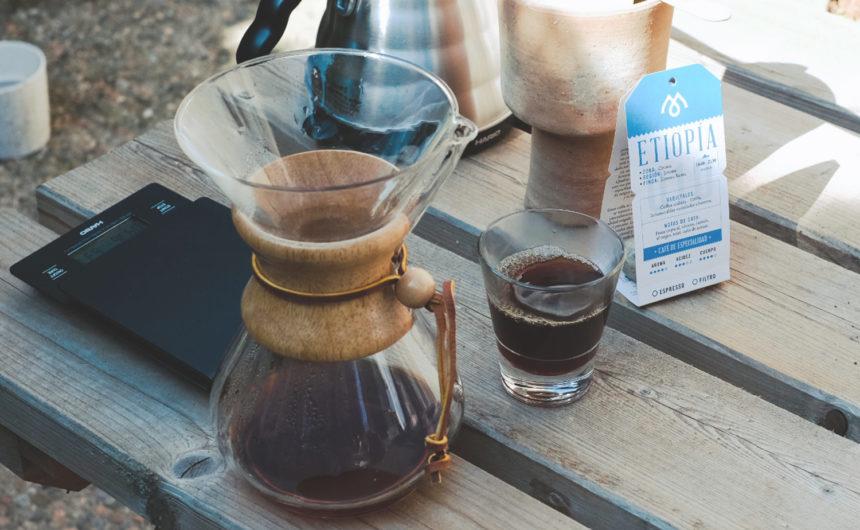 Cafetera Chemex con los utensilios para preparar café de filtro