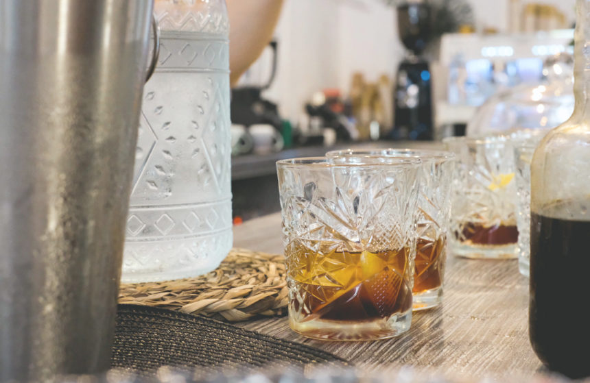 Vaso con cold brew cofee en la barra de un bar